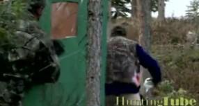 Medžiotojų pokštai – meška braunasi į tualetą